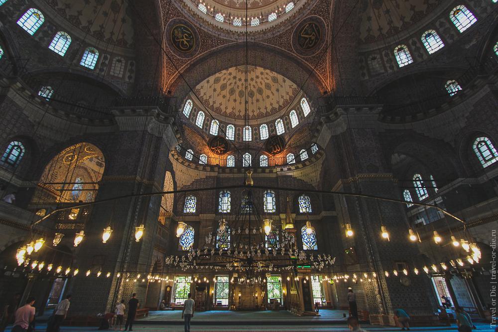 Внутри Новой мечети (Йени Джами) в Стамбуле. Экскурсии