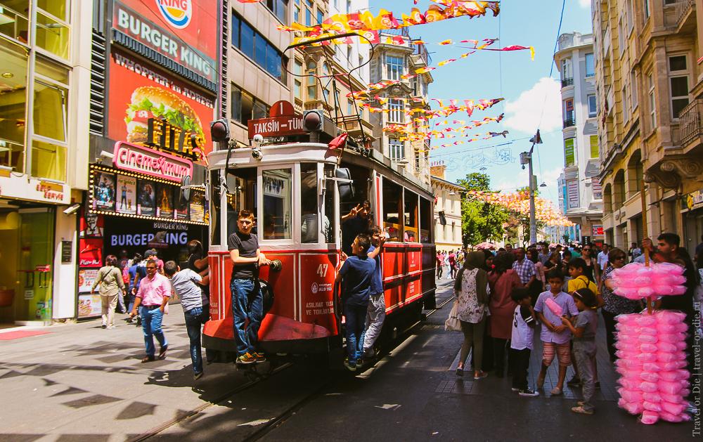 Улица Истикляль в Стамбуле. Красный трамвай