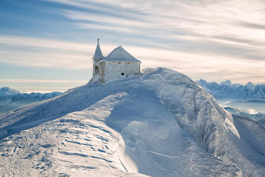 Зимняя часовня на горе Добрач на высоте 2159 метров. Автор фото: Рейнгольд Самонигг