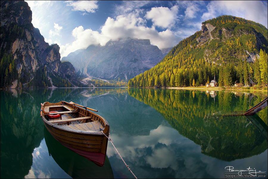 Солнечный пейзаж на озере. Автор фото: Эндрю Трэшер