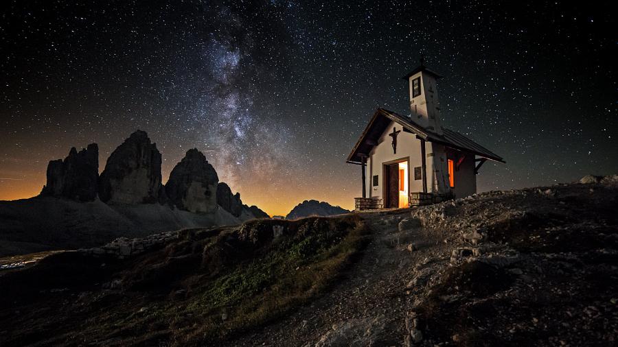 Церковь у Трэ Чиме ди Лаваредо, Италия. Автор фото: Рене Колелла