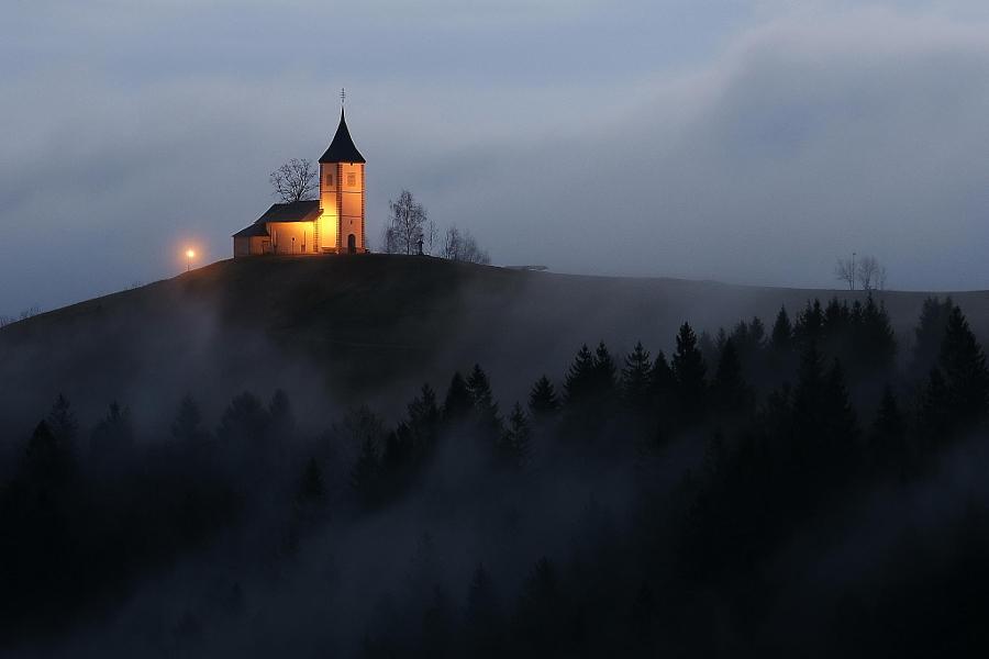 Церковь в поселении Ямник, Словения. Автор фото: Бранко Фрелих.