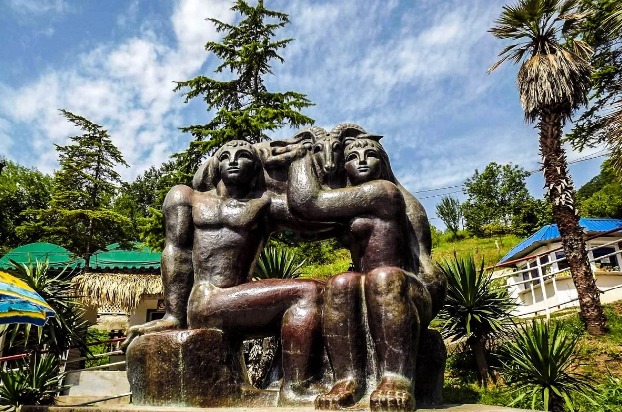 Скульптуры в Новом Афоне – «Золотое руно» и «Русалка»