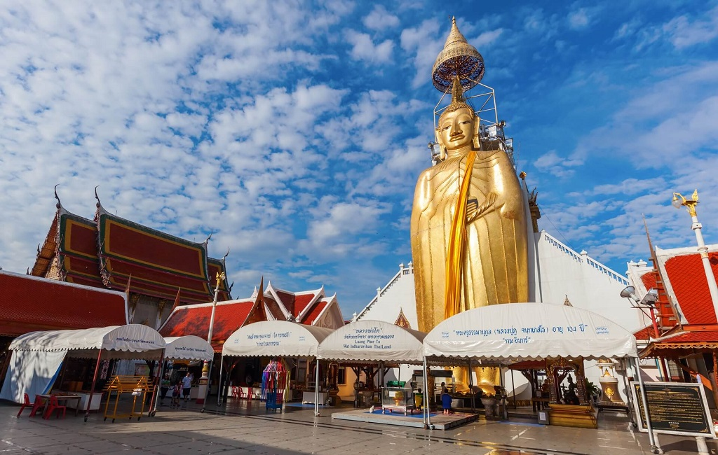 Храм стоящего Будды Wat Intharawihan