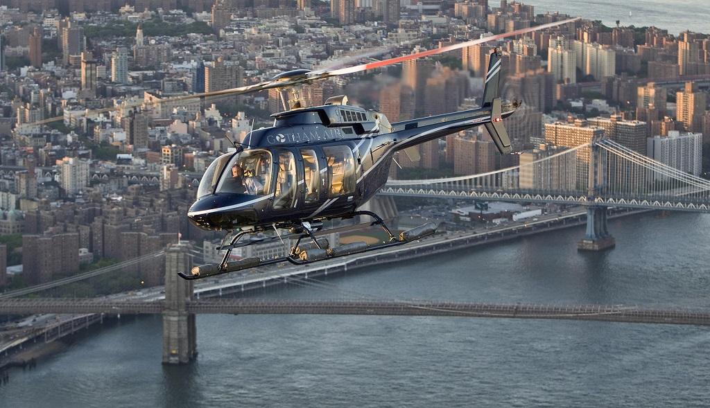 Бруклинский мост с вертолета в Нью-Йорке