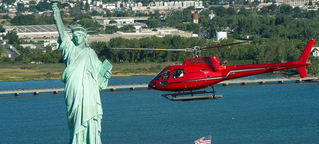 Статуя Свободы во время полета на вертолете в нью йорке