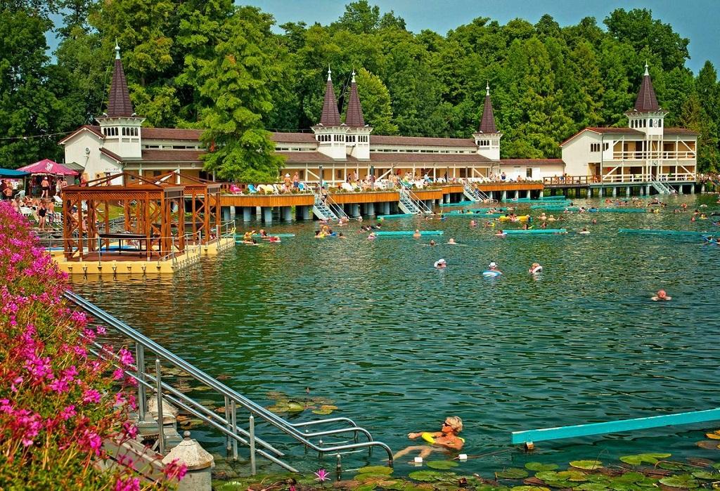 Купальни рядом с Будапештом - термальные источники озера Хевиз