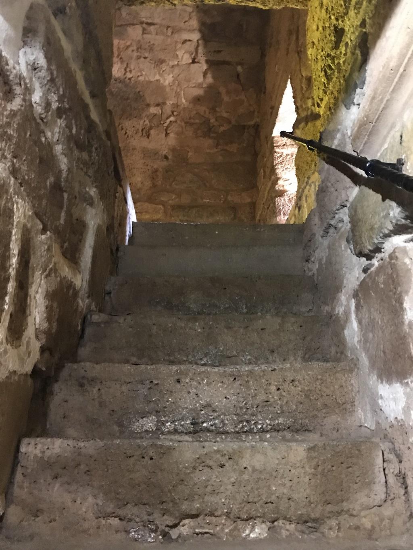 лестница на вершину красной башни в алании