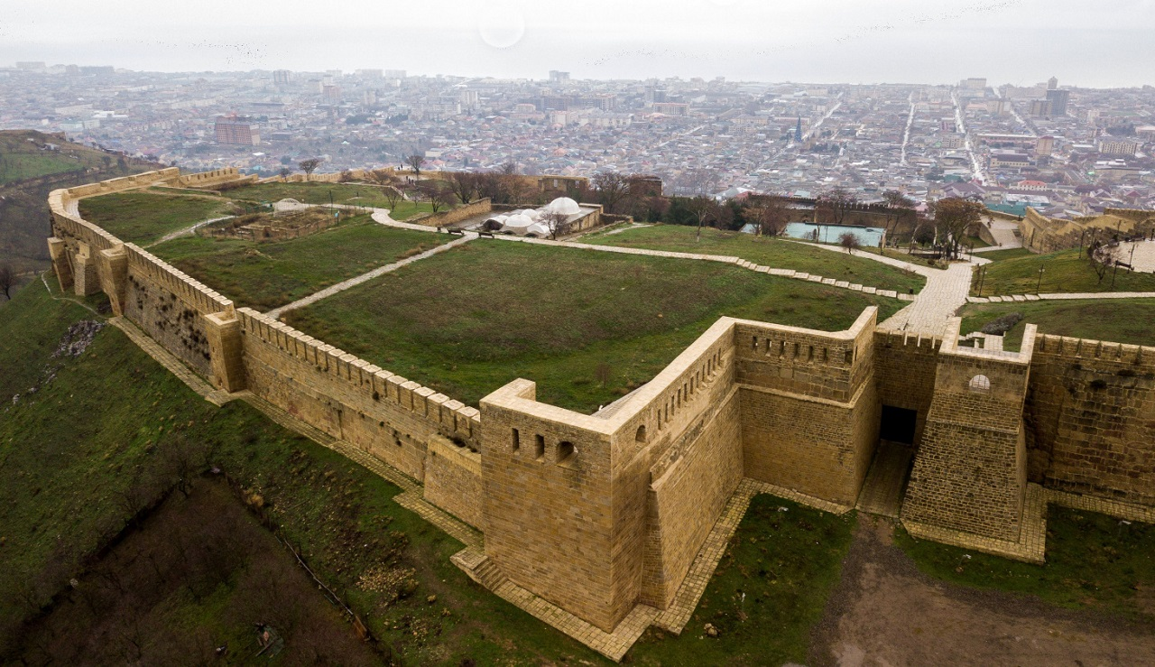 Что вы увидите во время экскурсии из Махачкалы в Дербент - крепость нарын кала