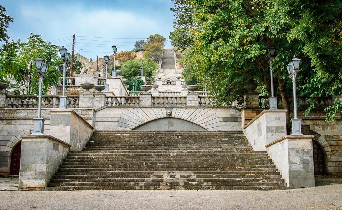что вы увидите во время экскурсии на Крымский мост - Митридатская лестница